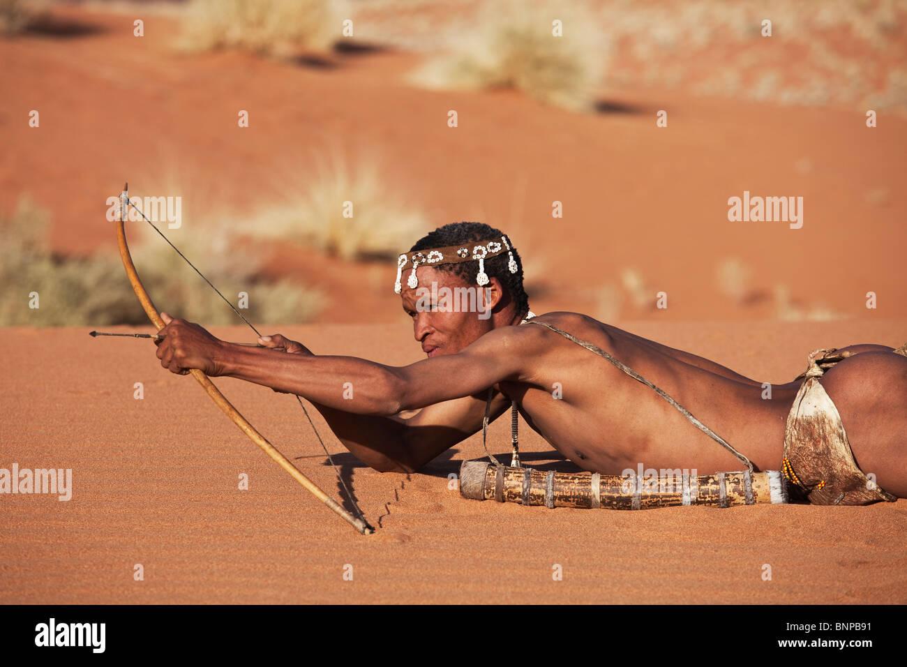 Buschmann/San Menschen. Männliche San-Jäger mit traditionellen Pfeil und Bogen bewaffnet. Stockbild