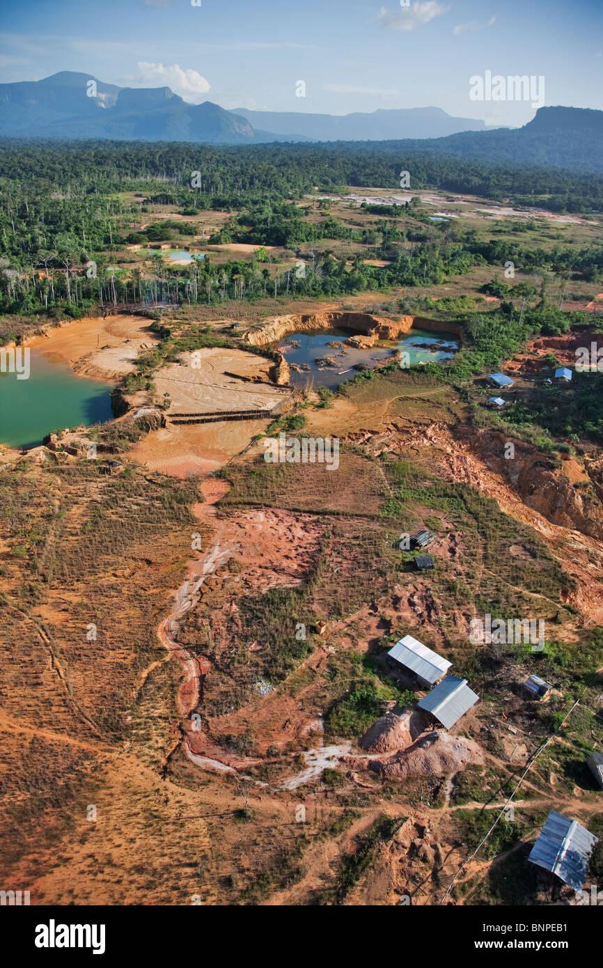 Gold-Bergbau verursacht großflächige Umweltschäden, der Regenwald in Südamerika Stockbild
