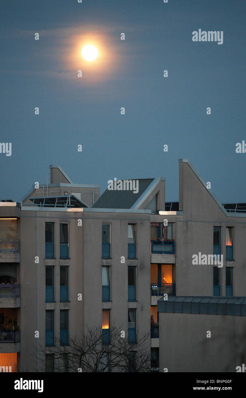 Der Mond in einem Mehrfamilienhaus in Tempelhof, Berlin, Deutschland Stockfoto
