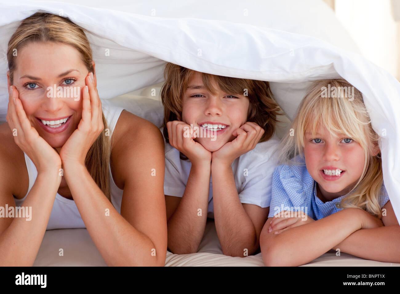 Attraktive Mutter mit ihren Kindern Spaß haben Stockbild
