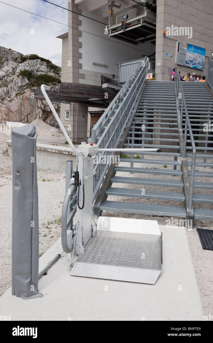 Rollstuhl Treppenlift durch Schritte außerhalb Dachstein Welterbe Seilbahn für Behinderte Zugang am Krippenstein. Stockbild