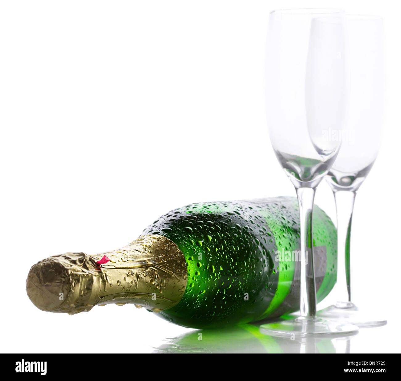 Kalte nasse Flasche Champagner mit zwei leeren Gläsern Stockbild