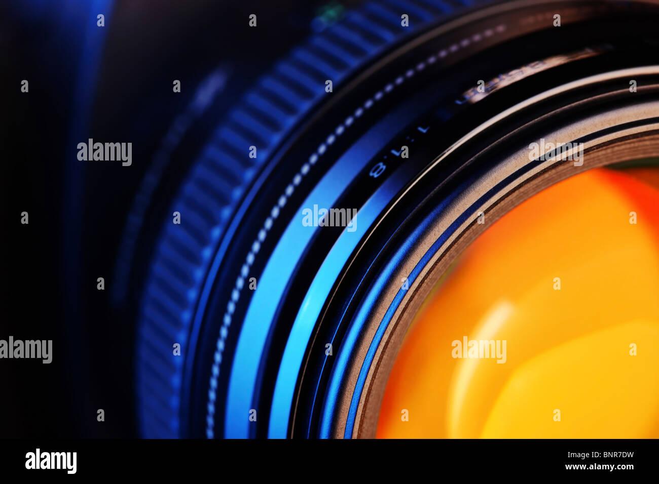 Nahaufnahme von einer Kamera-Objektiv an einer modernen Digitalkamera Stockbild