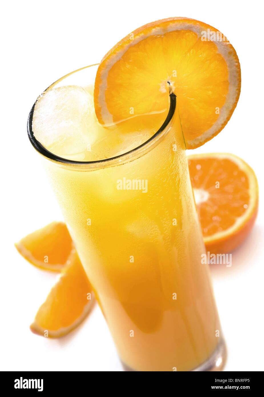 Glas eiskalten Orangensaft mit Orangenscheibe (isoliert gegen weiß) Stockbild
