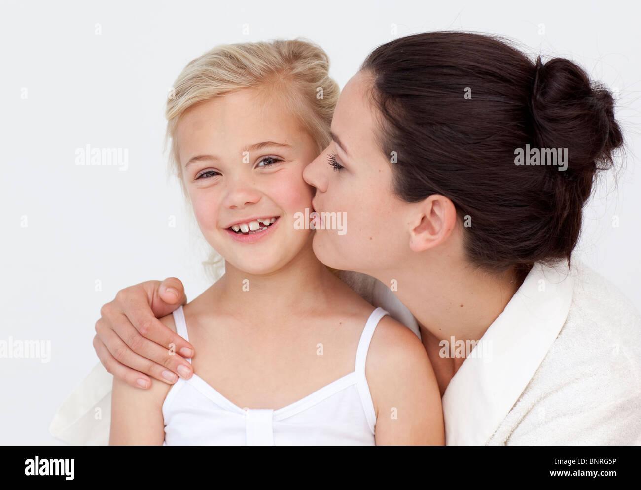 Mutter küssen ihre tochter im bad stockfoto bild  alamy