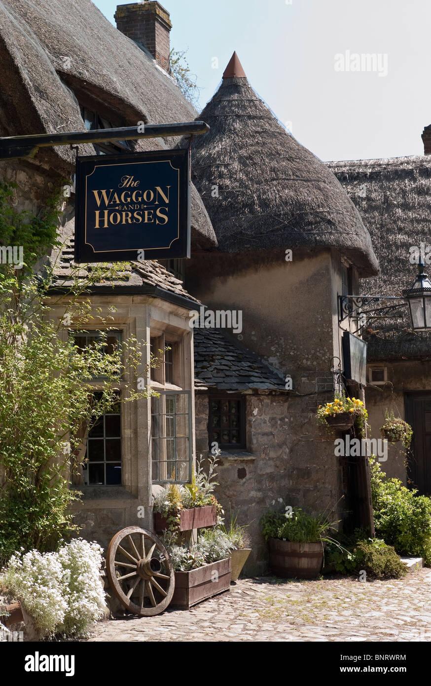 Die Strohgedeckten Englisch Waggon Und Pferde Wirtshaus In Beckhampton In Der Nahe Von Marlborough Wiltshire England Uk Eu Stockfotografie Alamy