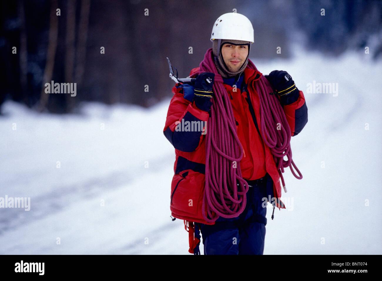 Klettergurt Aus Seil Machen : Der mensch steht im schnee mit seil klettergurt und eispickel