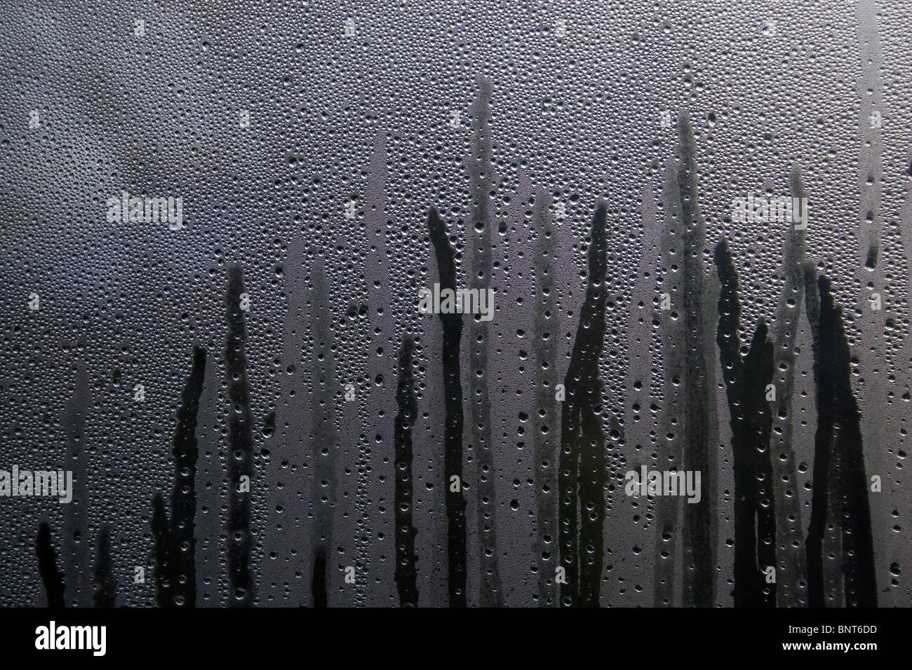 Wasser kondensiert und Schlieren Fenster nach unten Stockbild