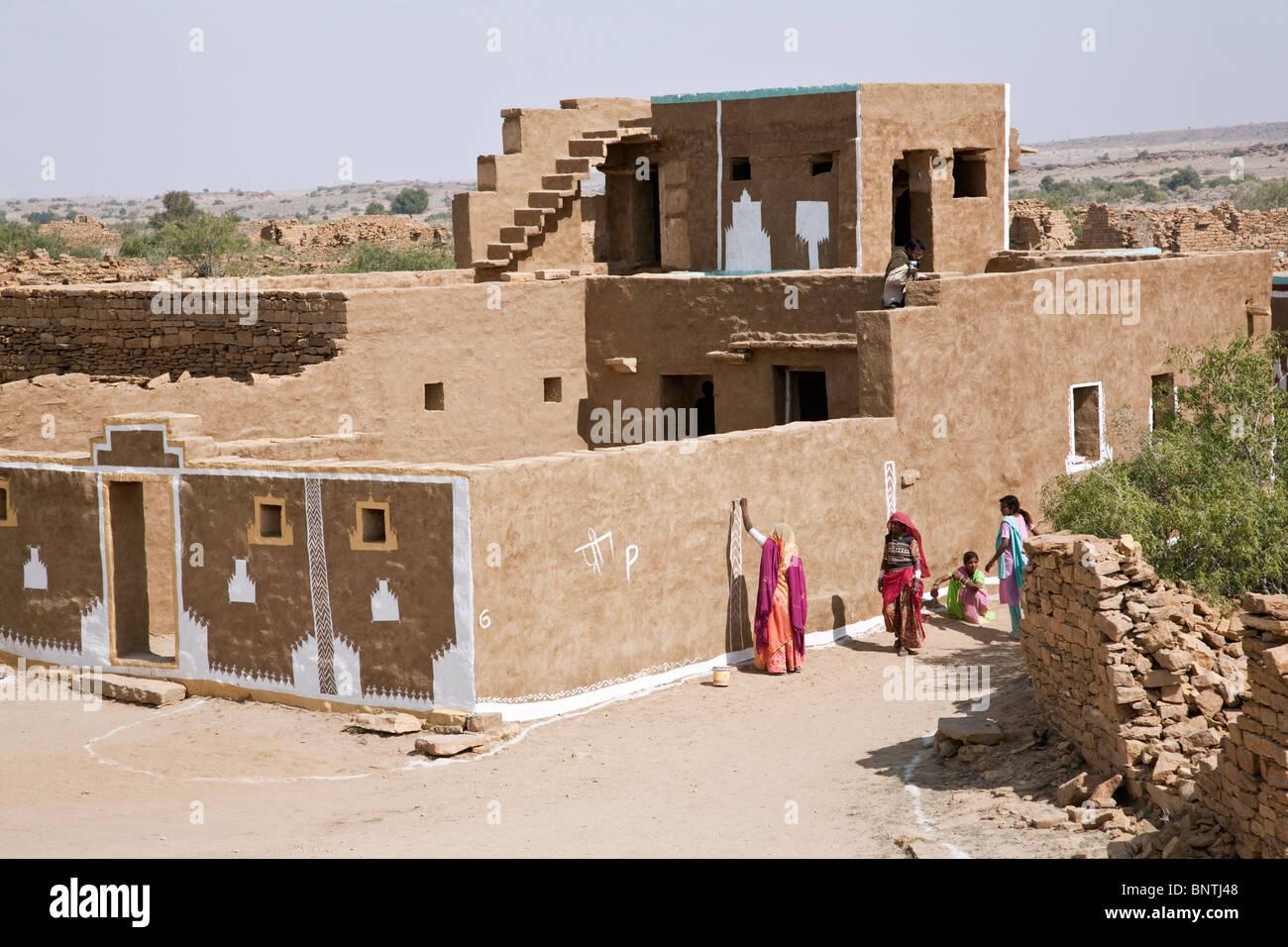 Frauen, Die Ein Haus Malen. Khuri Dorf. Rajasthan. Indien