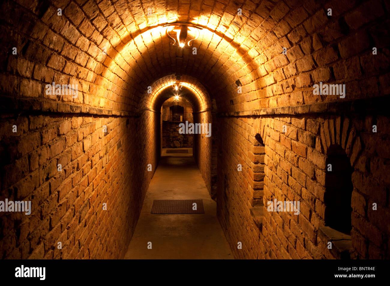 Dunklen Flur im Castello di Amorosa. Napa Valley, Kalifornien. Eigentum freigegeben Stockbild