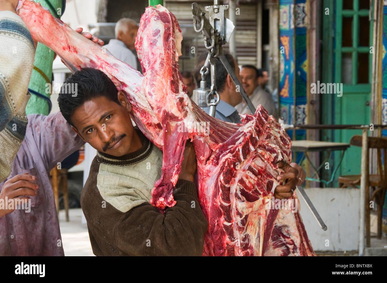 Fleisch in Kairo Ägypten auf den Markt zu bringen Stockbild