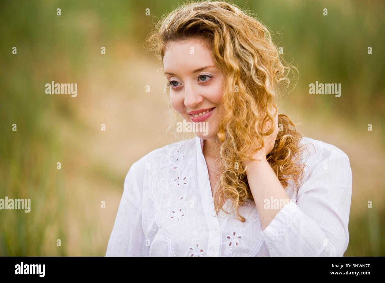 Porträt von attraktiven Frau im freien Stockbild