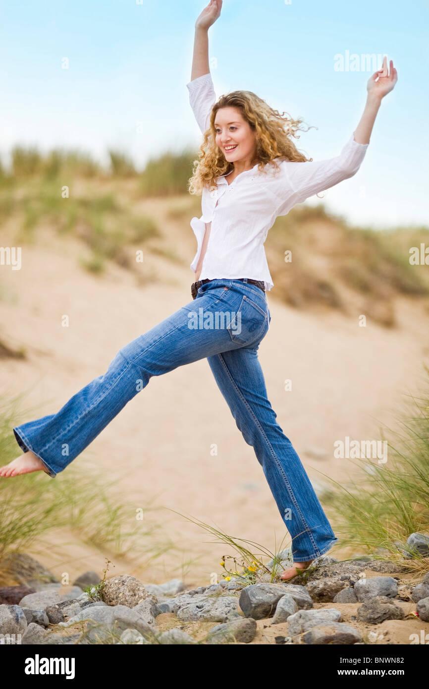 Frau zu Fuß am Strand Stockbild