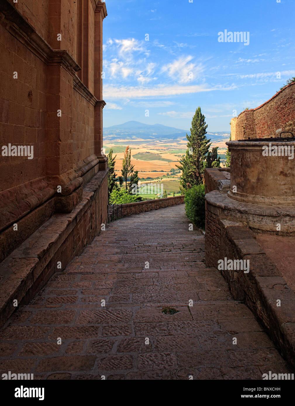 Gehweg in Pienza bietet atemberaubenden Blick auf die toskanische Landschaft Stockbild