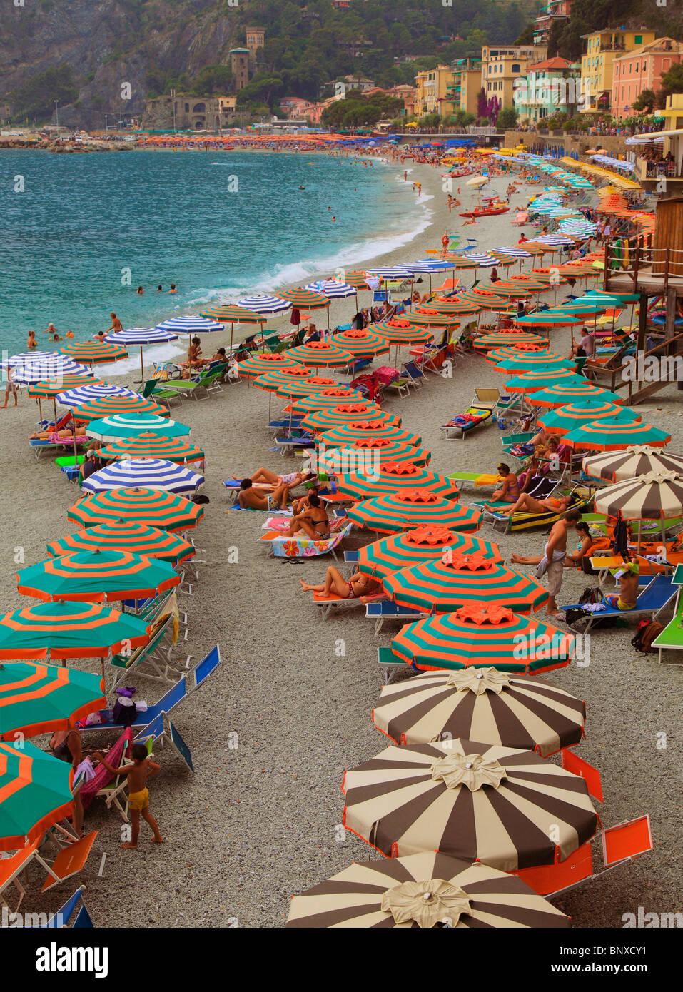 Schirme bilden eine gekrümmte Linie am Strand von Monterosso, eines der fünf Städte in Italien Cinque Stockbild