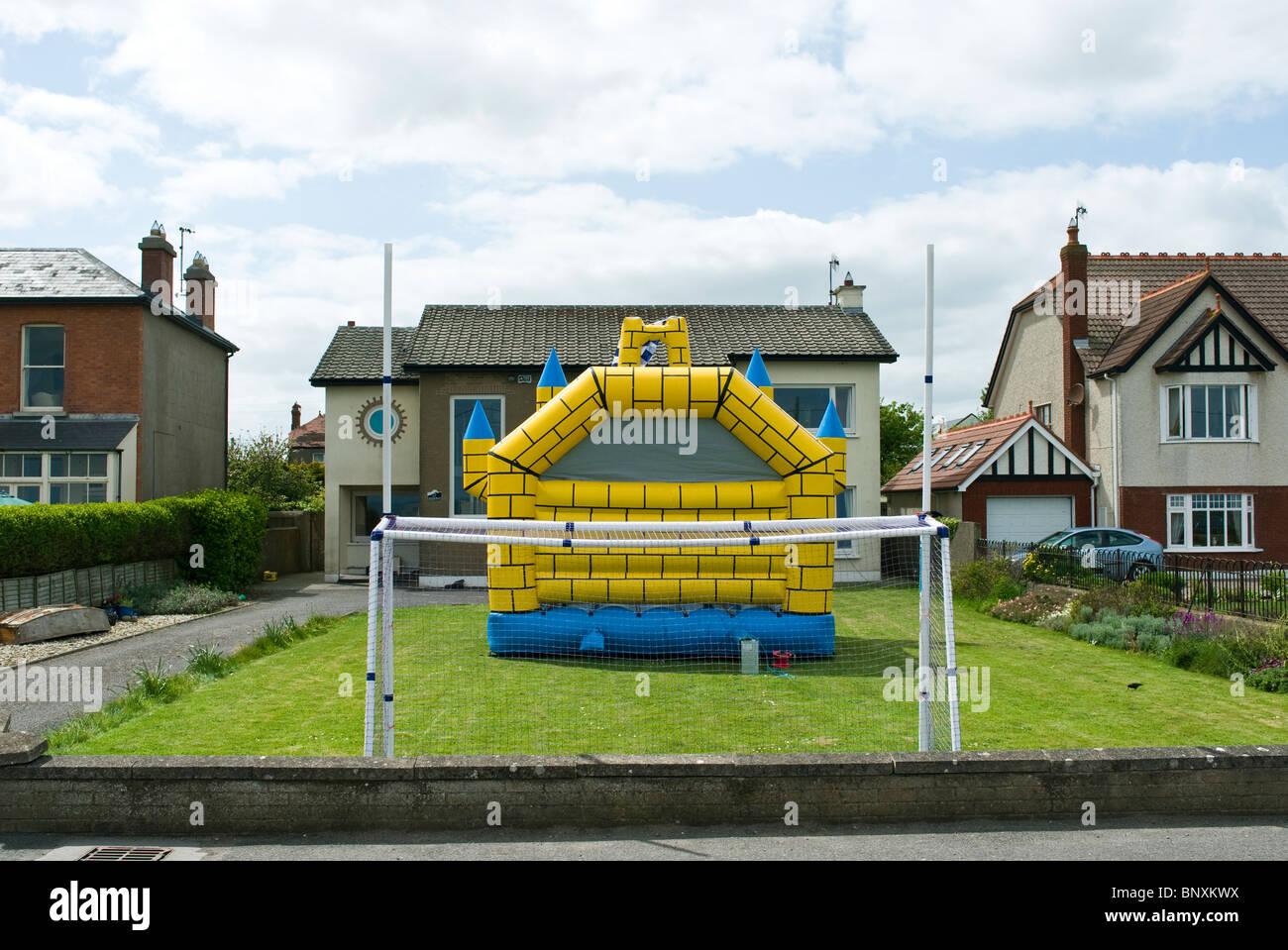 Für die Kinder bereit ist Partei - ein bouncy Castle und Fußball Torpfosten - Dublin, Irland Stockbild