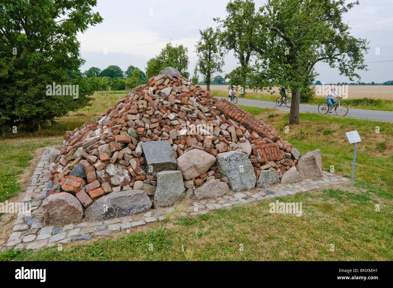 """Denkpyramide oder denken Pyramide, Denkmal für die Zwangsumsiedlungen der """"Operation Schädlinge"""" Stockbild"""