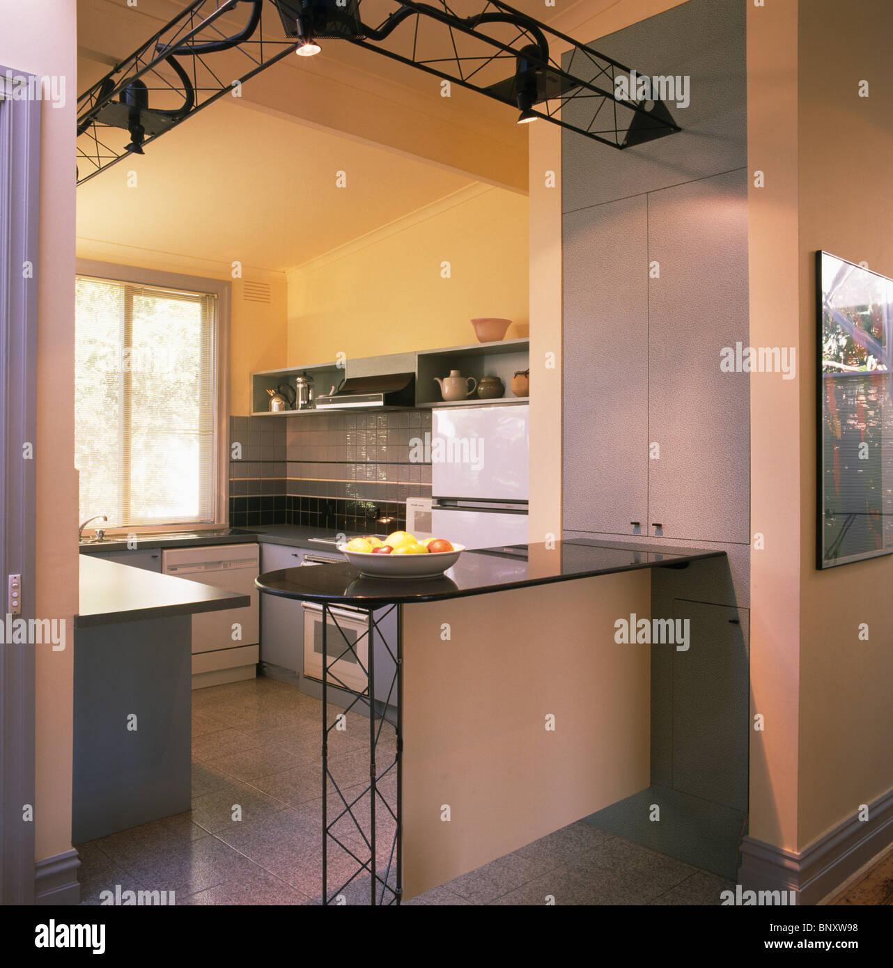 Beleuchtung auf schwarze Metall Decke Weg in moderne Küche mit ...