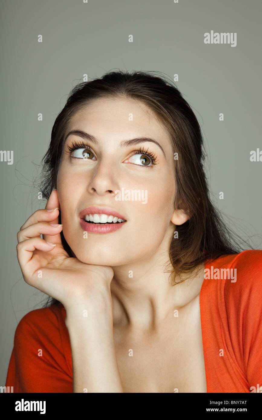Junge Frau nachdenklich wegsehen, Porträt Stockbild