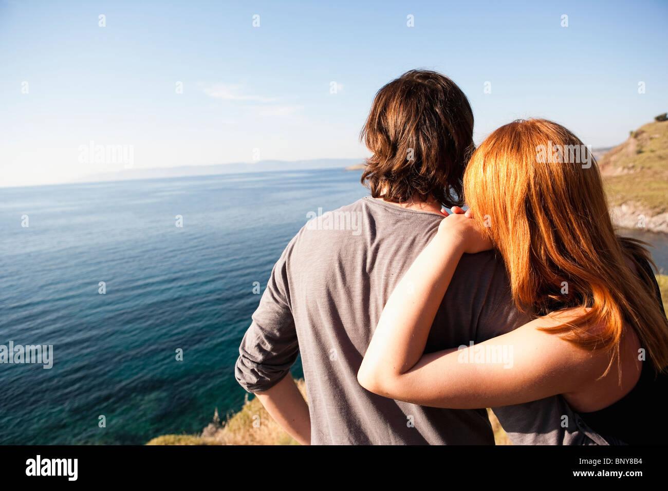 Junges Paar Blick auf Horizont Stockbild