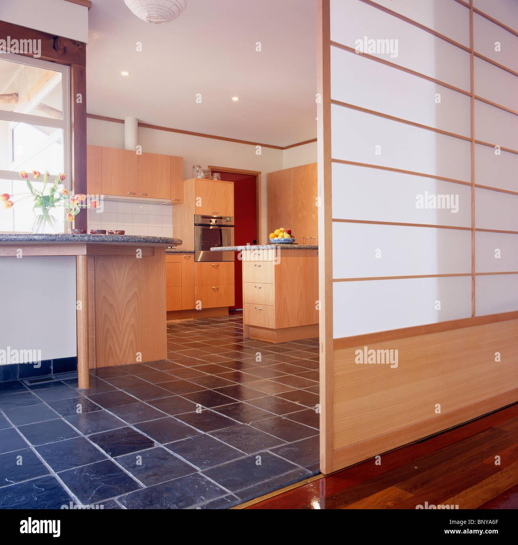 Schiebetür mit japanisches Papier Panels in große, moderne Küche mit ...