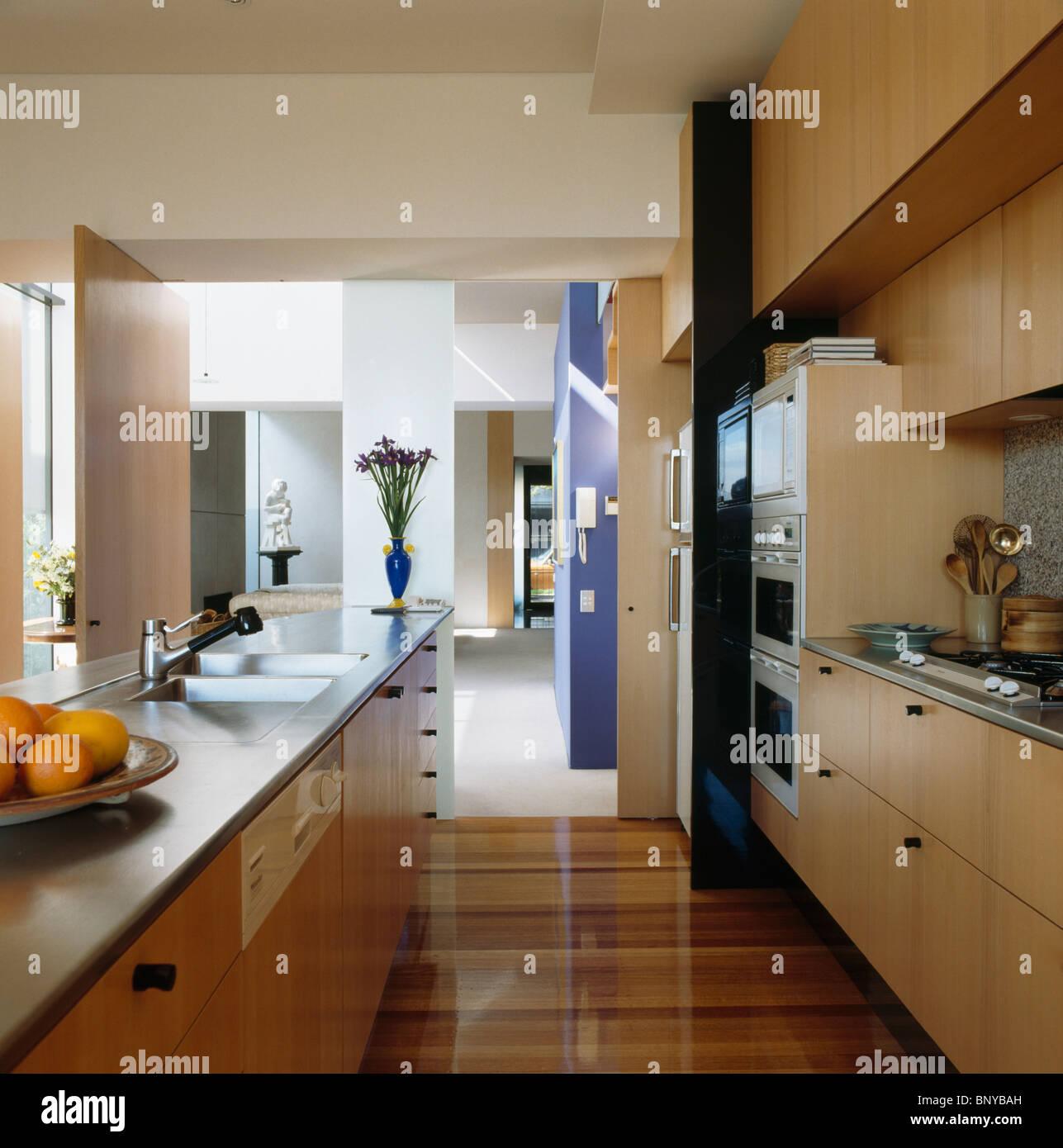 Edelstahl-Arbeitsplatte auf Insel Einheit in moderne offene Küche ...