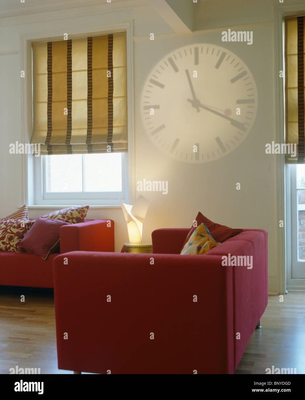 Hologramm Uhr An Wand Neben Fenster Breit Gestreift Beige Jalousien Inn  Moderne Weiße Wohnzimmer Mit Roten Sofas