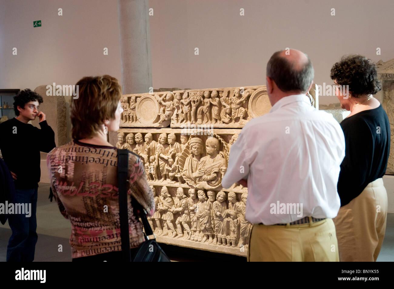 Gruppe Touristen in Arles Archäologisches Museum, Objekte Reiseleiter erklärt auf dem Display, Begräbnis Stockbild