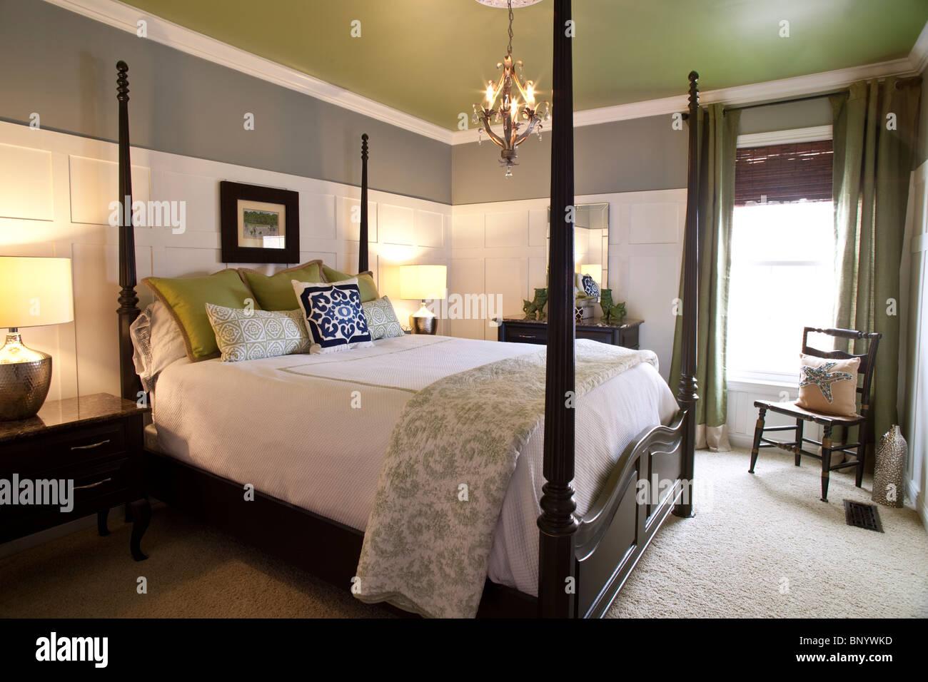 Zeitgenössische Schlafzimmer Mit Doppel Himmelbett. Amerikanischen Stil Mit  Verwendung Der Passenden Farben Grau, Weiß, Säure Grün