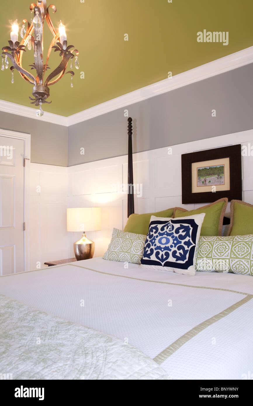 Himmelbett Doppelbett Mit Weiß Und Grau Bettwäsche In Einem Schlafzimmer  Mit Weißen Grau Und Sauren Grünen Wänden. Amerikaner Zu Hause