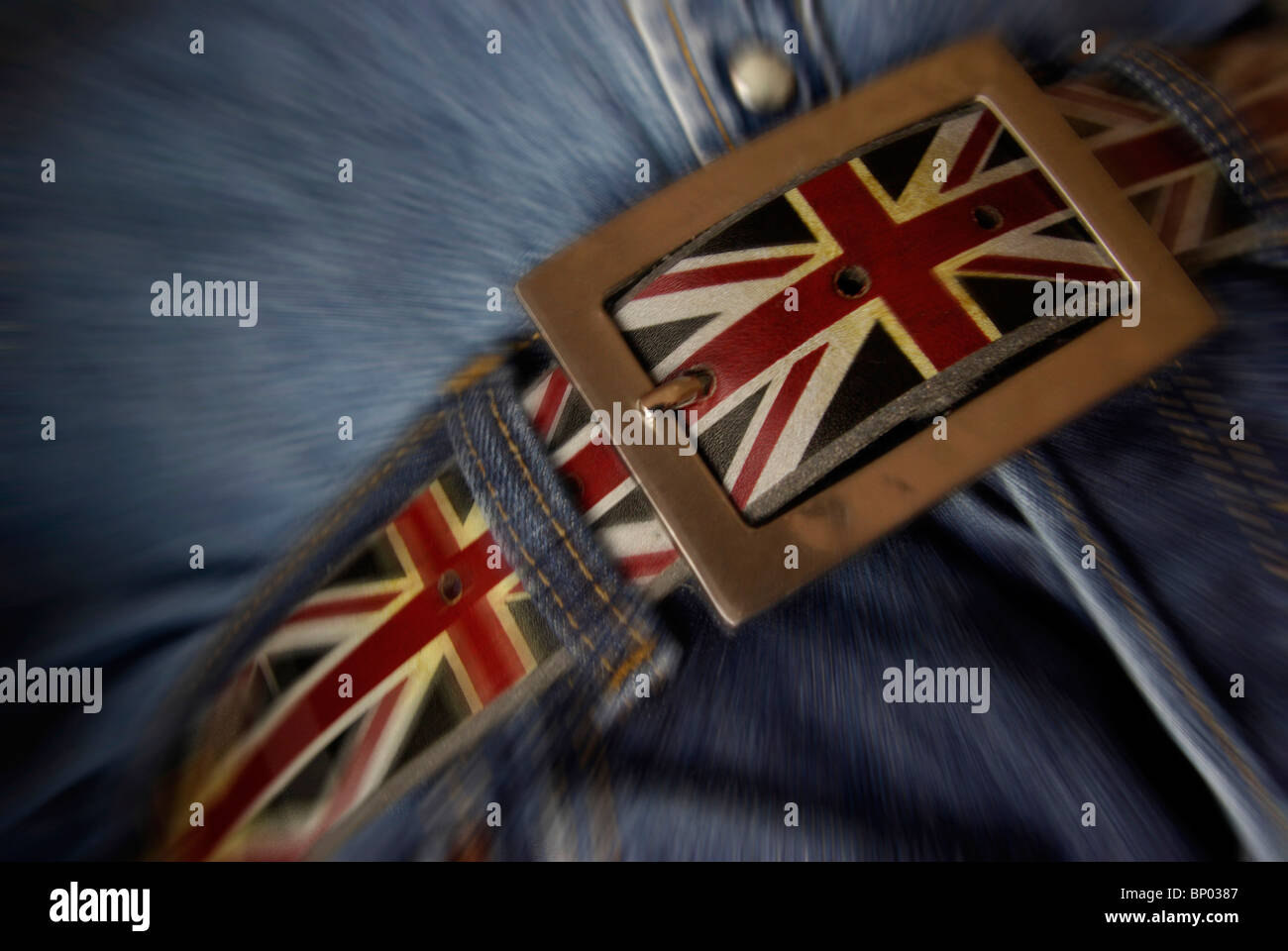 Ziehen Sie Ihre Gurtstraffung Ihre Gürtel-Konzept mit die britische Flagge. (Kostensenkung, Einsparungen im Stockbild