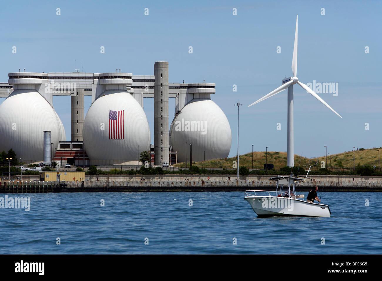 Die Kläranlage und einer betriebene Windkraftanlage bei Deer Island am Hafen von Boston, Massachusetts Stockbild