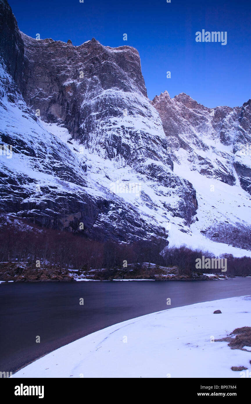 Trolltindane vor Sonnenaufgang im Tal Romsdalen, Rauma Kommune, Møre Og Romsdal, Norwegen. Stockbild