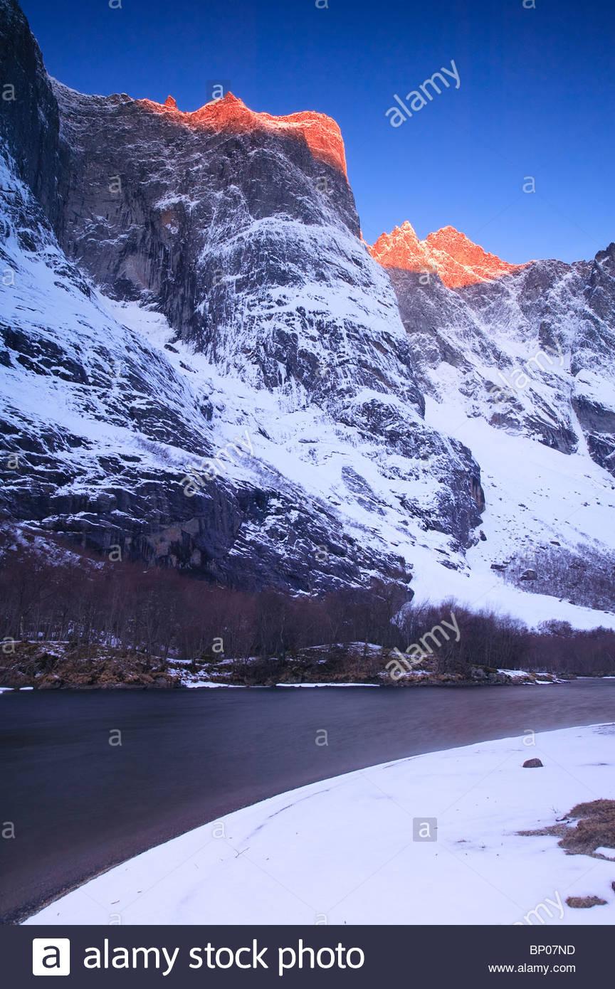 Erstes Licht auf Trolltindane im Tal Romsdalen, Rauma Kommune, Møre Og Romsdal, Norwegen. Stockbild