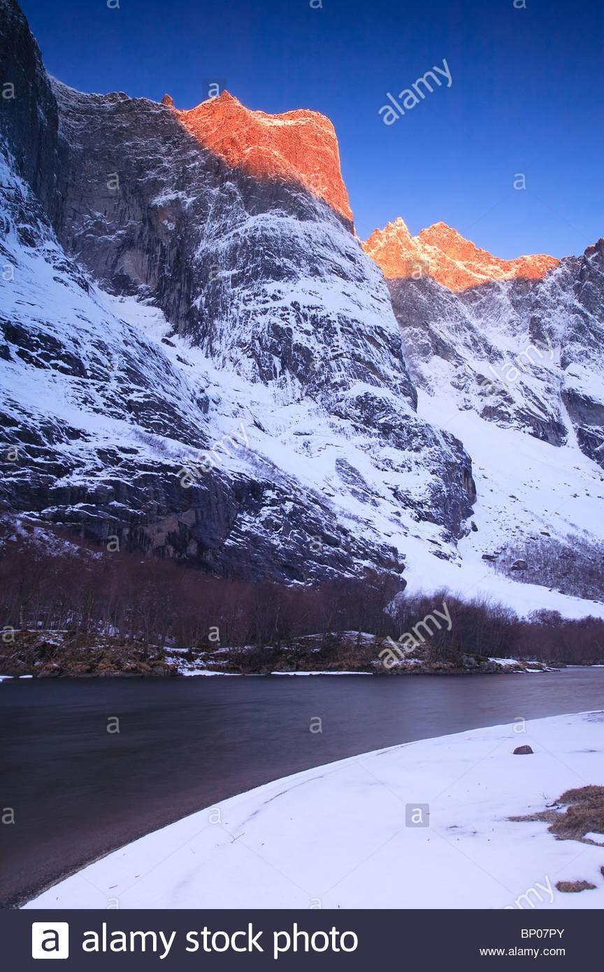 Am frühen Morgen Licht auf Trolltindane im Tal Romsdalen, Rauma Kommune, Møre og Romsdal, Norwegen. Stockbild