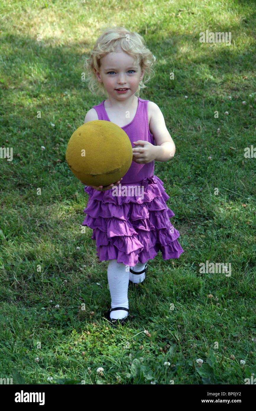 Kleine Mädchen Kleinkind im Party-Kleidung spielen im Freien mit ...