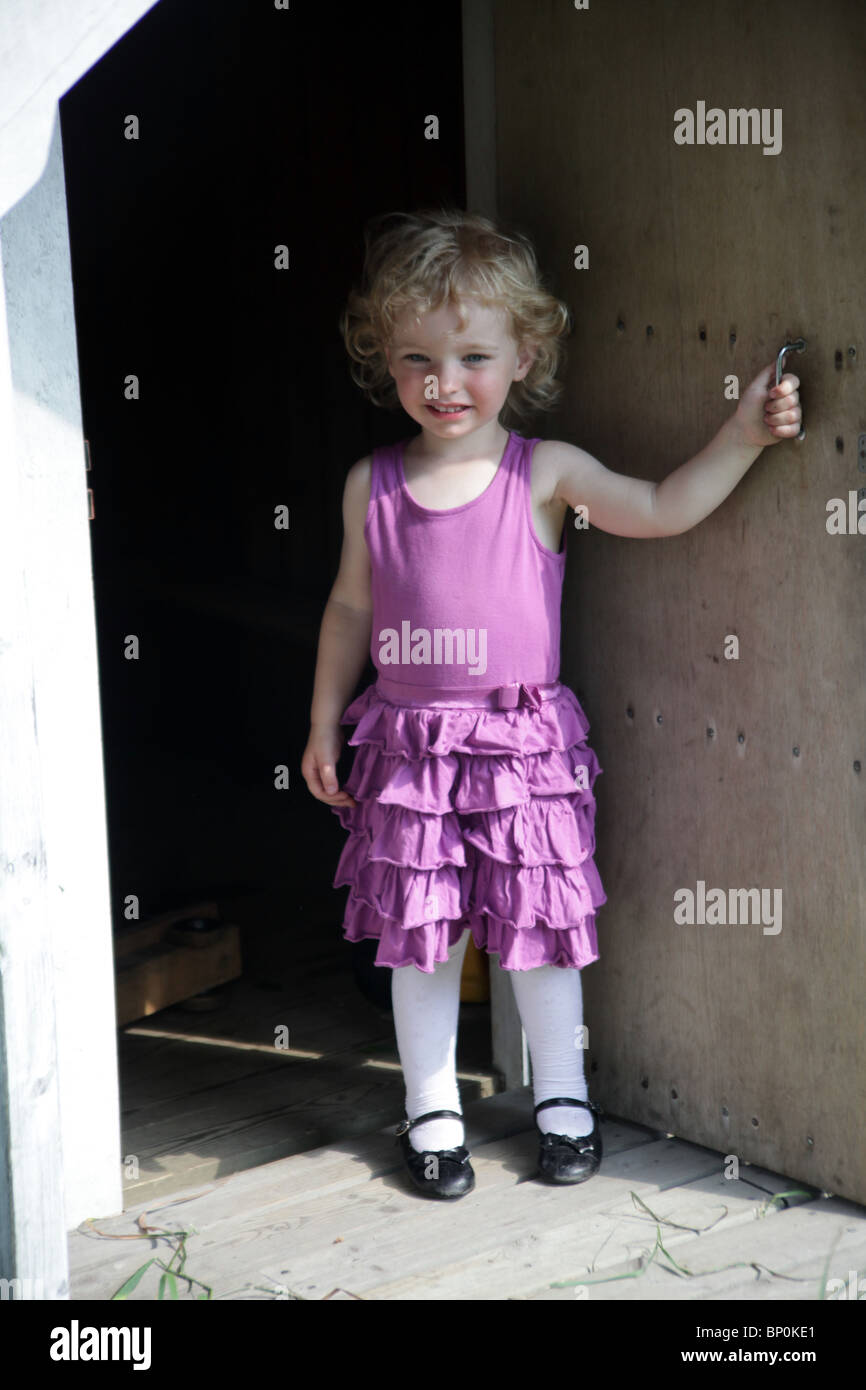 Kleine Mädchen Kleinkind im Party-Kleidung weiße Cardigan Kleid und ...