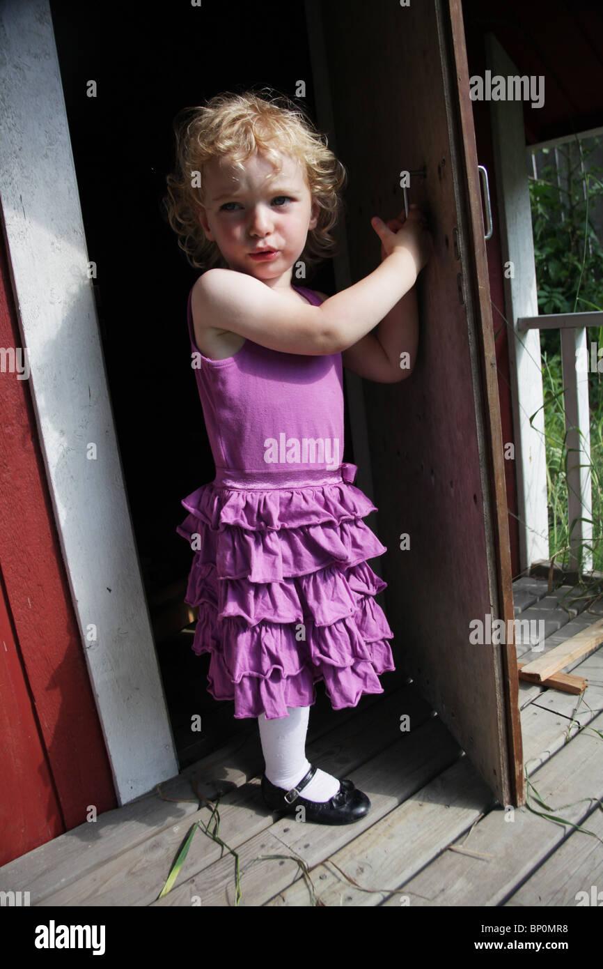 Kleines Mädchen Kleinkind im Party-Kleidung Türöffnung ein außen ...