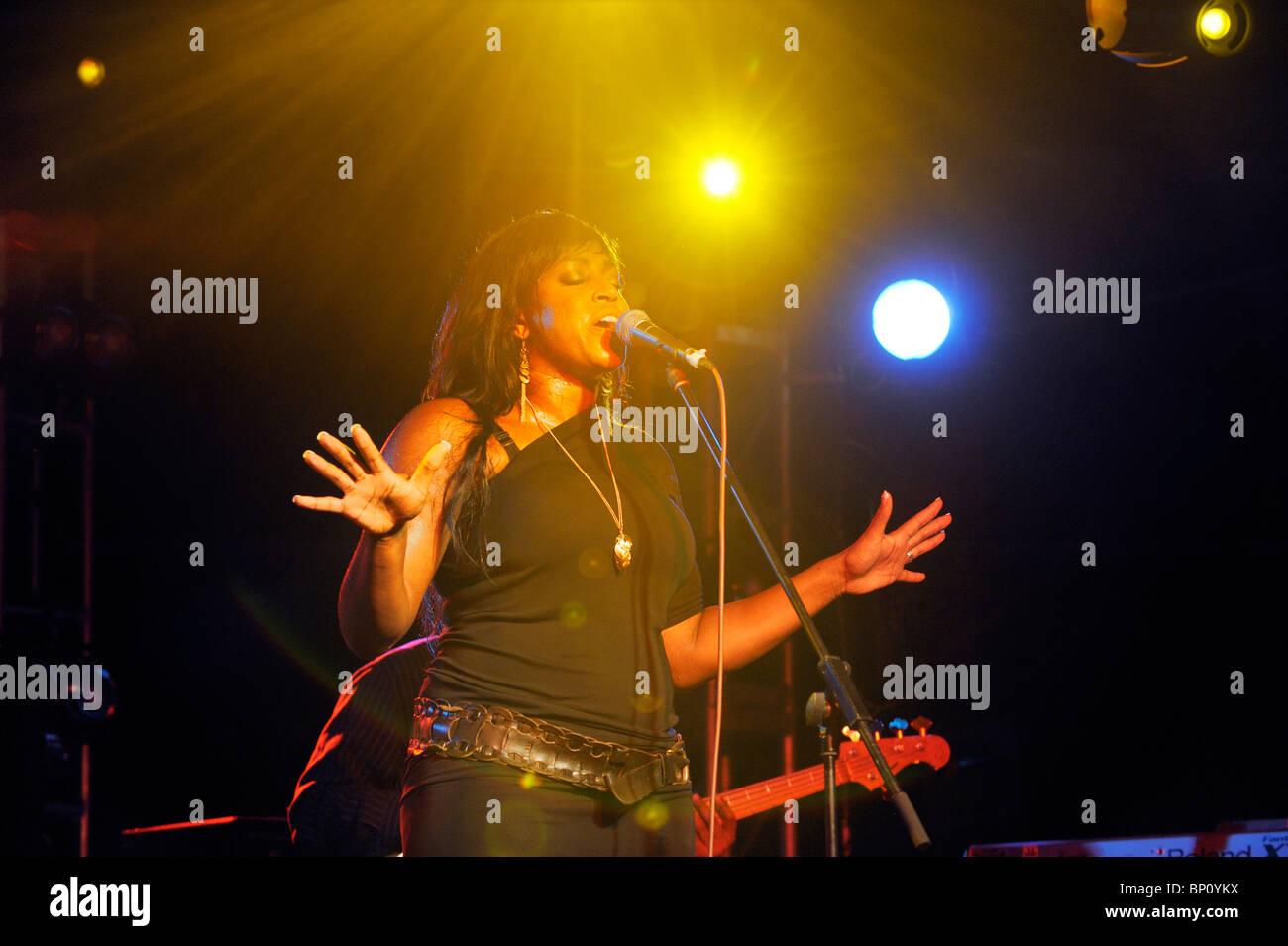 Glimmer Paris, englische Soulsängerin Blues im Festzelt Hauptbühne durchführen. Maryport Blues Festival, 2010. Cumbria, Stockfoto