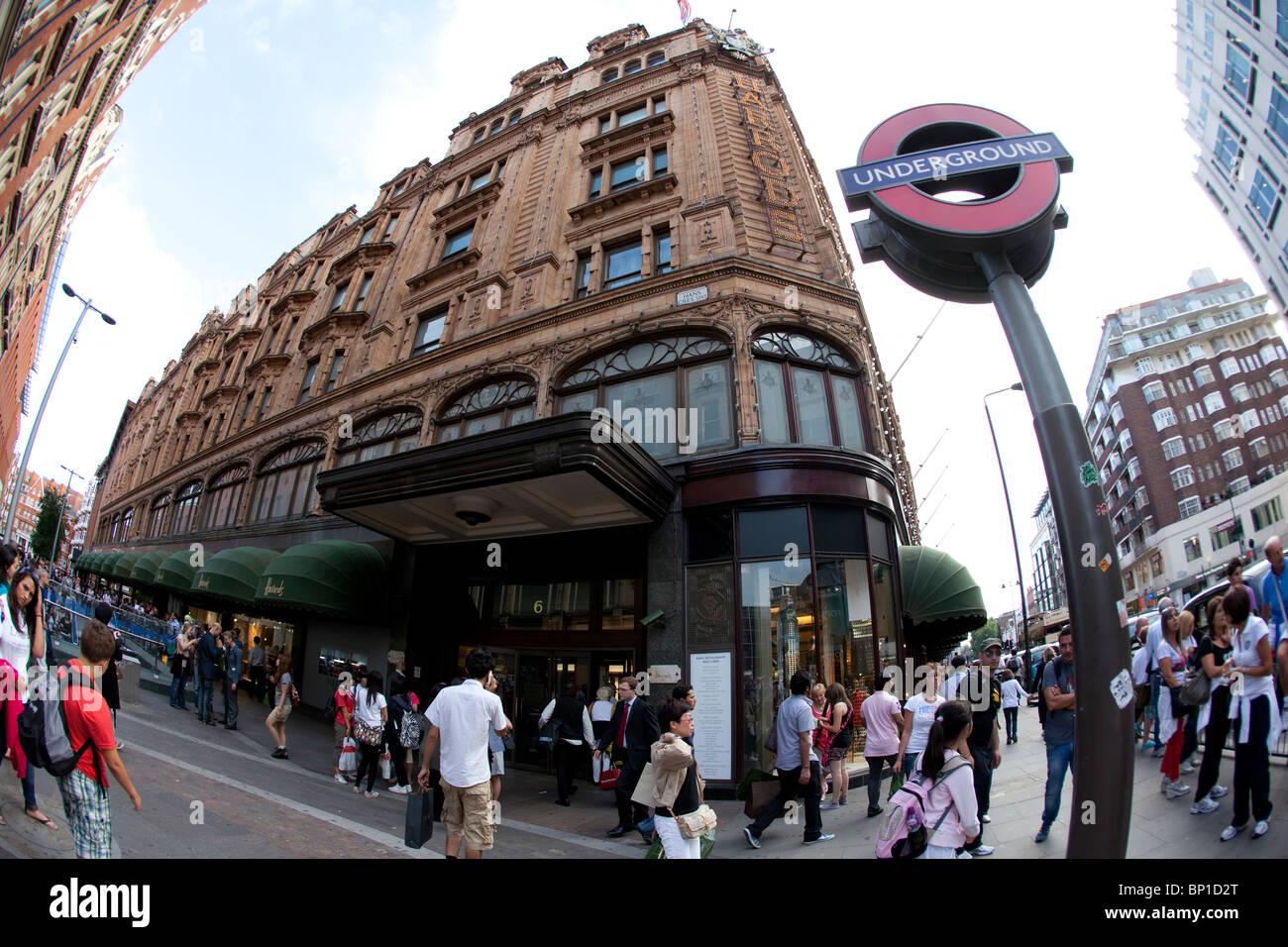 Luxuskaufhaus Harrods befindet sich an der Brompton Road in Knightsbridge, London, England, Vereinigtes Königreich. Stockbild