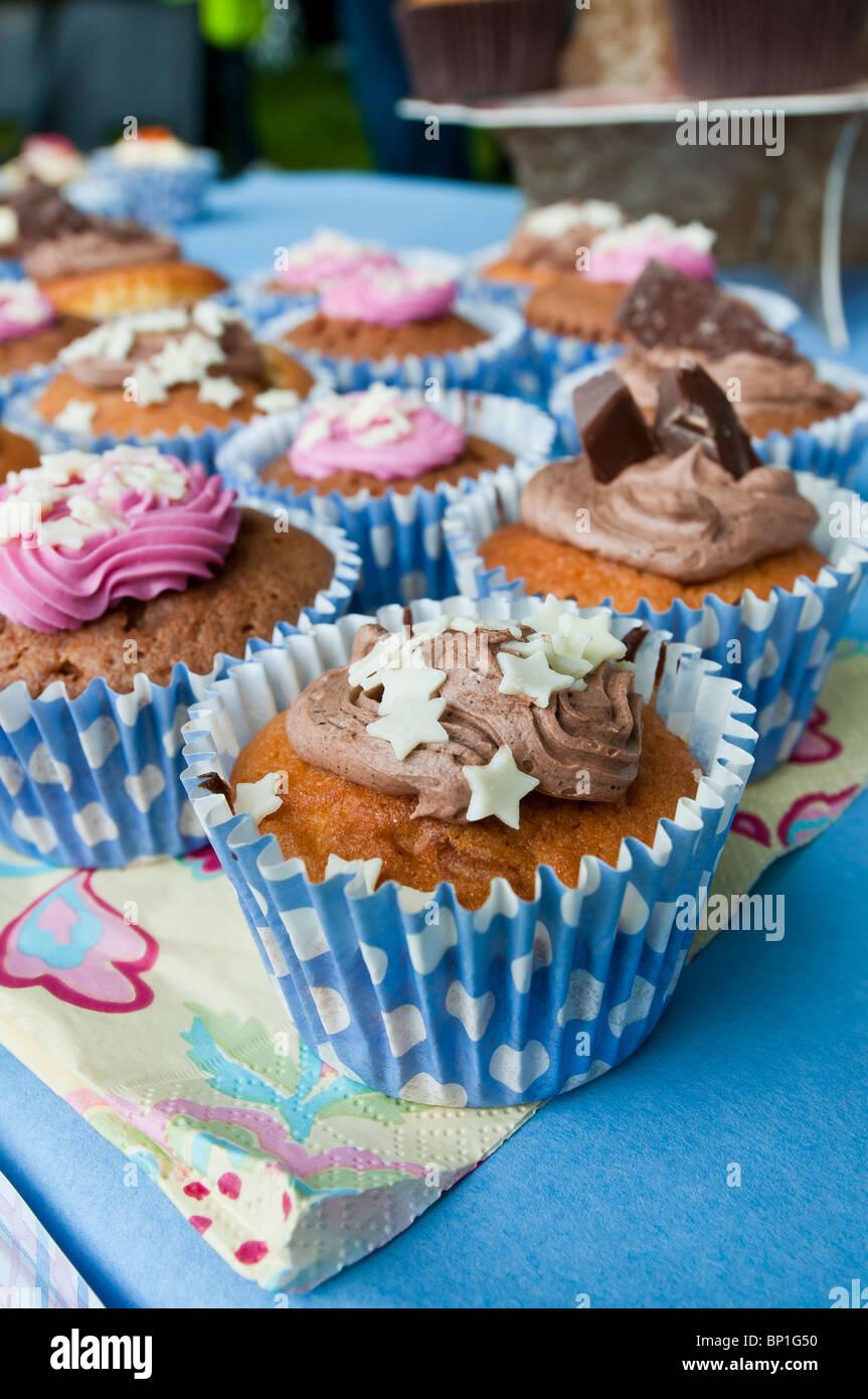 Geeiste Muffin Kuchen essen dekoriert Dekoration Schwamm Mini Fee Herz Sterne Chocolate swirl Zuckerguss Stockbild