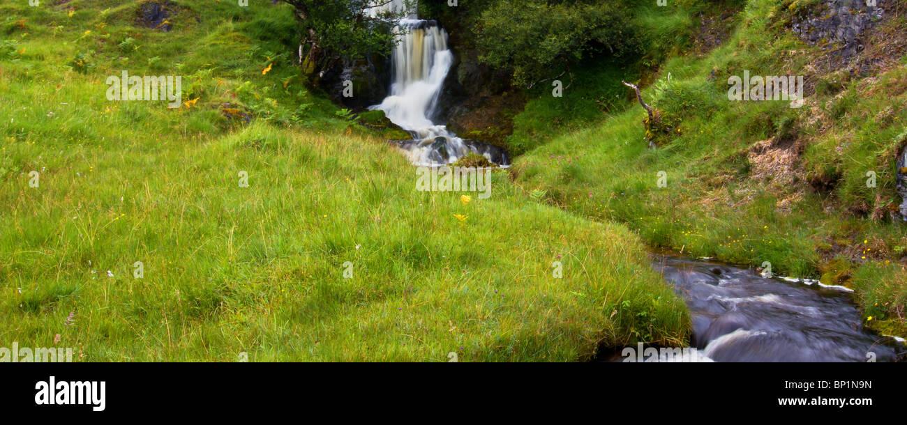 Highland Wasserfall neben Loch Assynt in Sutherland Region der schottischen Highlands. Stockbild