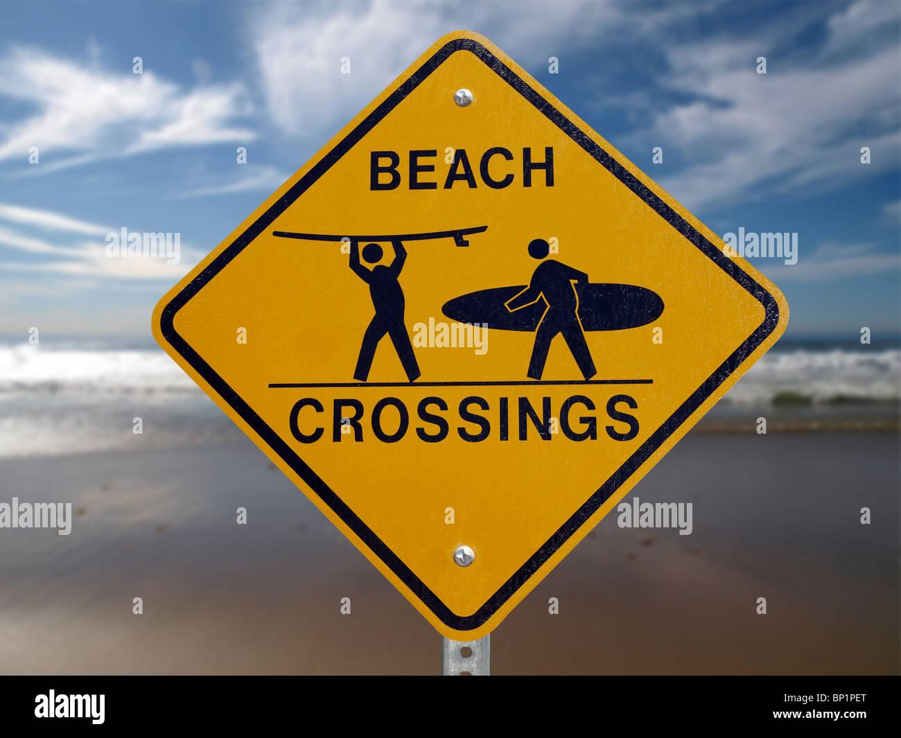 Strand-Kreuzungen Zebrastreifen Schild mit einem Malibu Strand Hintergrund. Stockbild