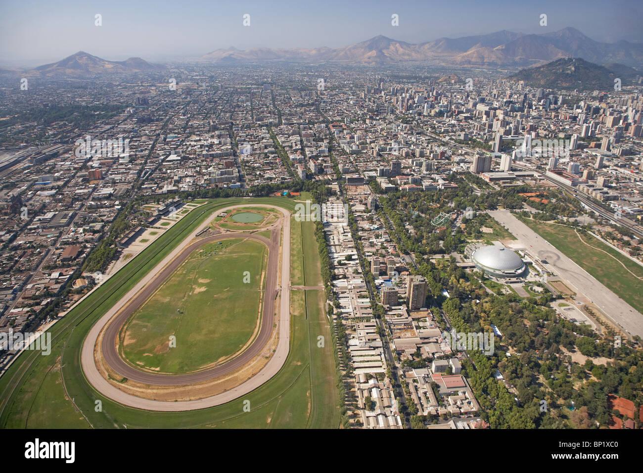 Club Hipico (Santiago Rennstrecke) und Parque O'Higgins (rechts), Santiago, Chile, Südamerika - Antenne Stockbild