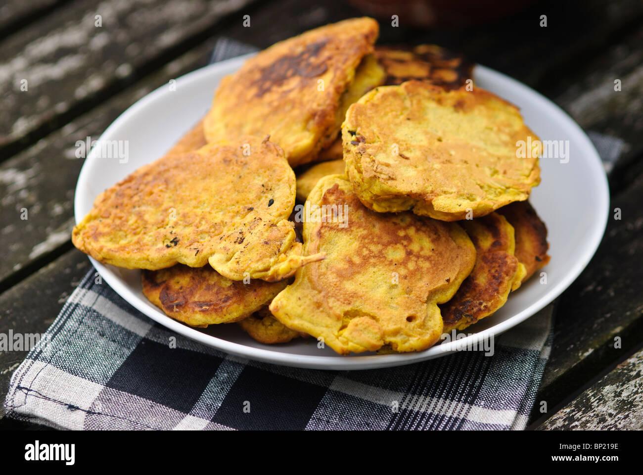 Gluten freie Krapfen gemacht mit Gramm Mehl Teig und Garnelen Stockfoto