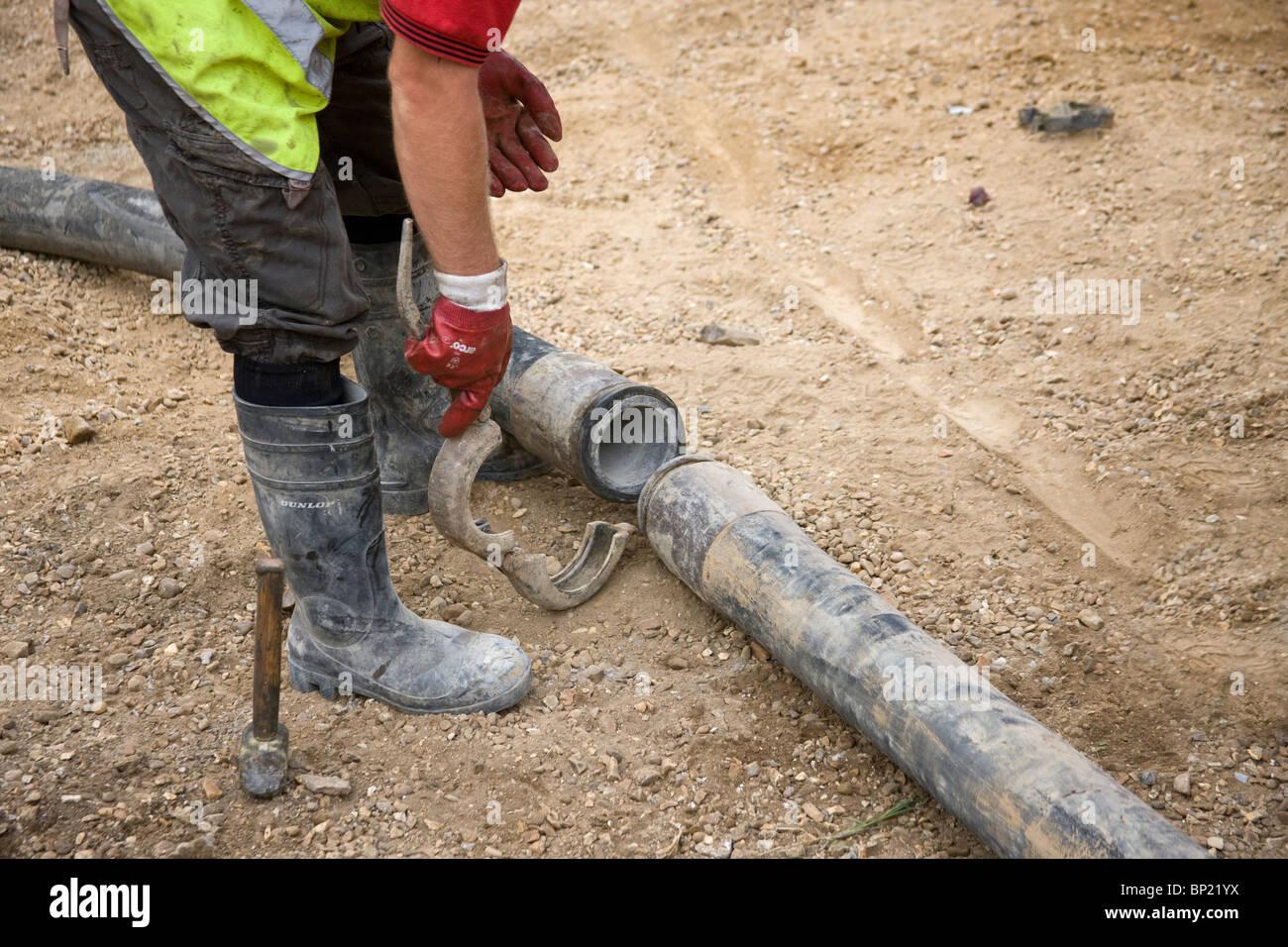 Montage eine Schlauchverbindung, Längen von Schlauch zusammen fertig mit Pumpe Beton zu verknüpfen. Stockbild