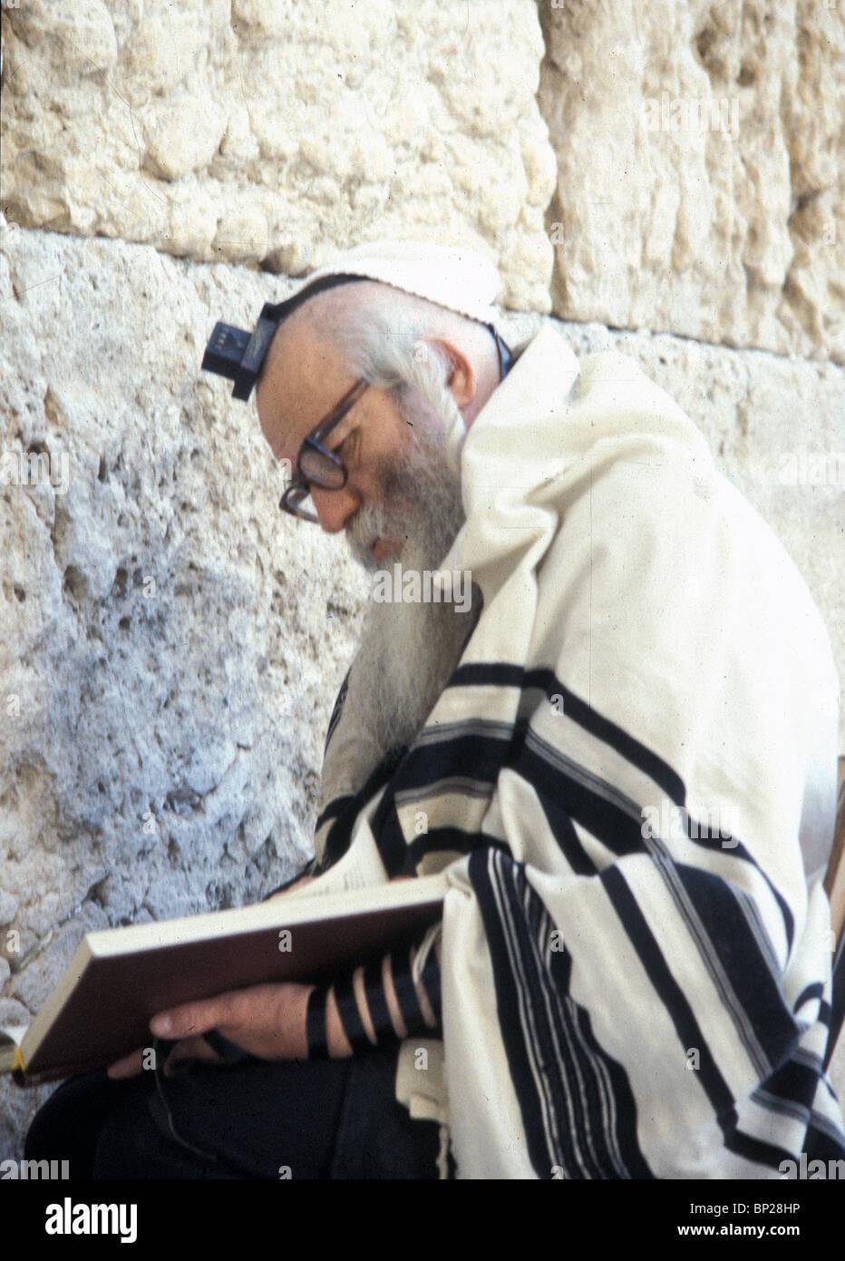 juden beten an der westlichen wand den betenden schal tragen talit 39 und philacterics 39 tefilin. Black Bedroom Furniture Sets. Home Design Ideas