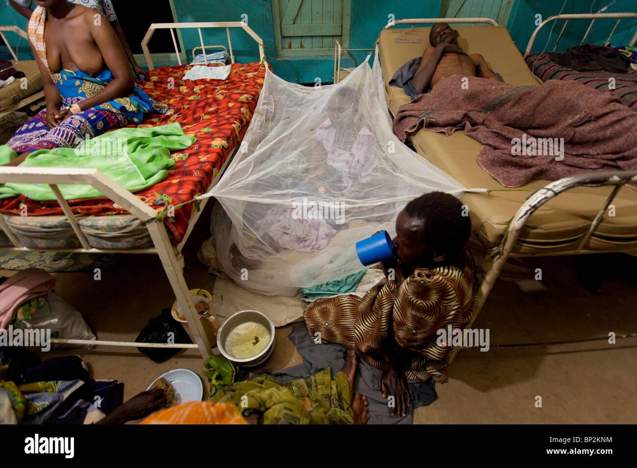 Patienten ruhen auf dem Boden eines überfüllten Krankenhauses in Amuria, NE Uganda, Ostafrika. Stockbild