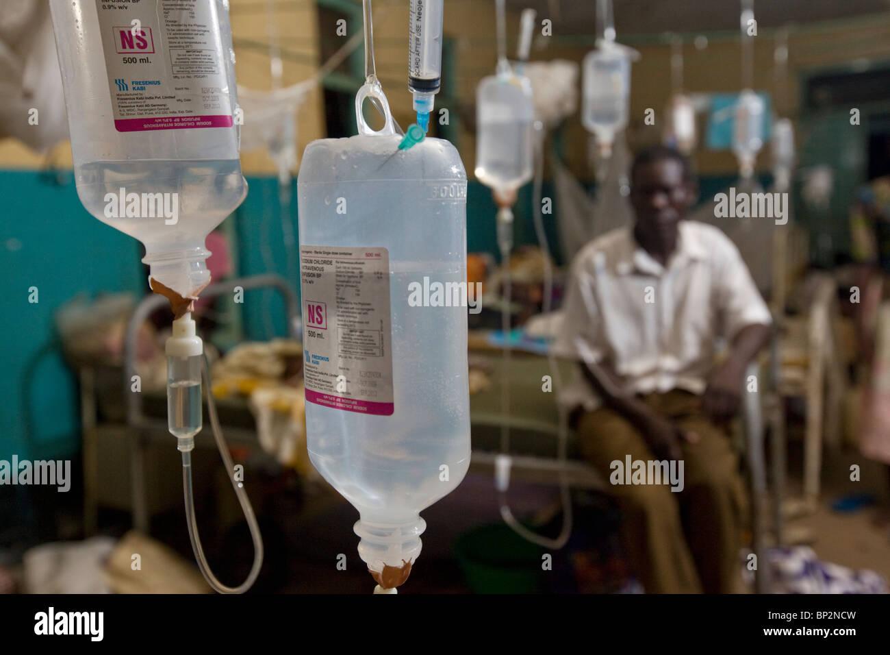 Chinin tropft hängen von der Decke eines überfüllten Krankenhauses in Amuria, NE Uganda, Ostafrika. Stockbild