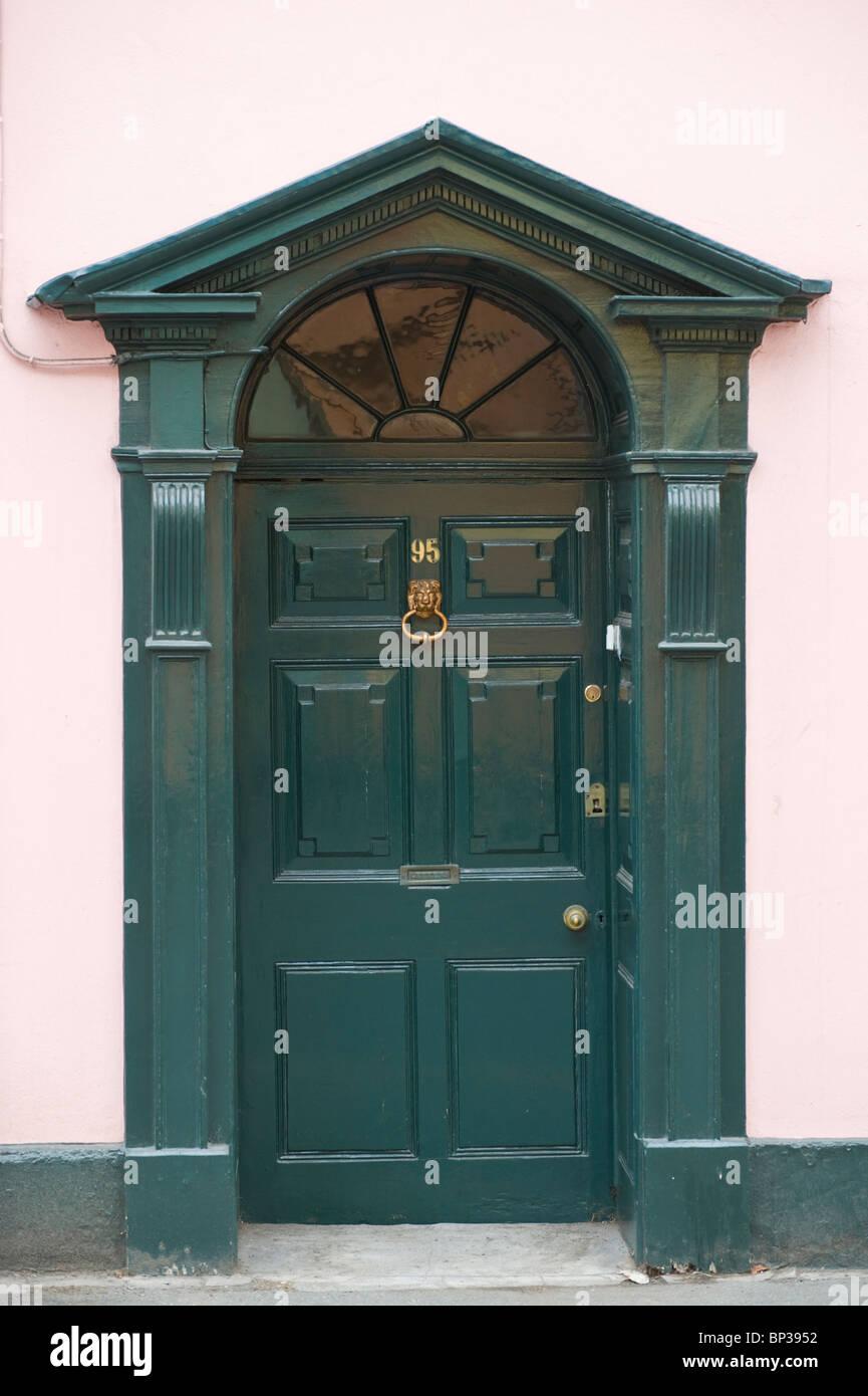 Grünes Holz getäfelten Haustür Nr. 95 mit Messing Klopfer ...